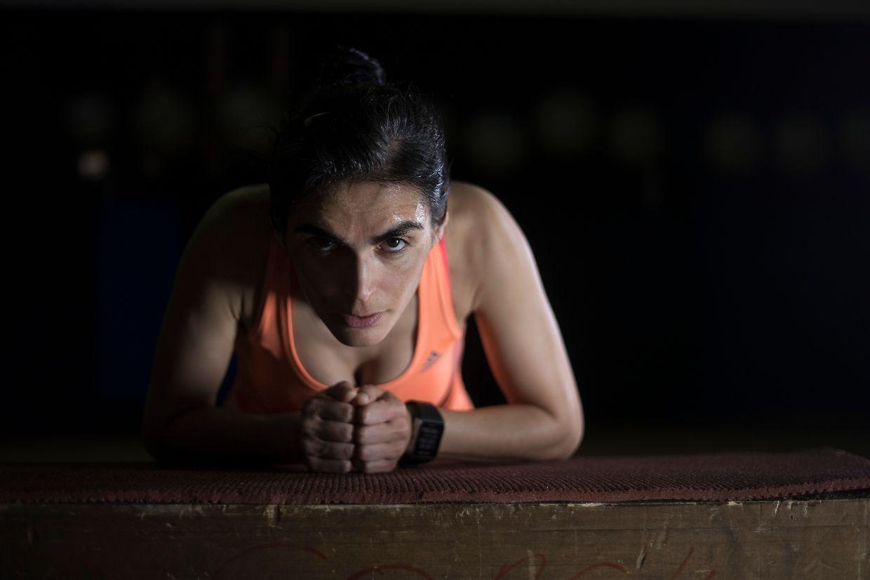 É por volta do meio dia que Tânia Morais aproveita para treinar com o seu preparador físico num ginásio da capital.