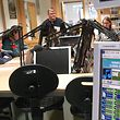 Im Studio von Radio LNW achtet Lehrer Dirk Alt darauf, dass alles korrekt über den Äther geht. Die Förderung der Sprachkompetenz ist eines der Kernziele des Schülerradios.