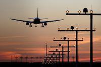 """ARCHIV - 10.11.2014, Nordrhein-Westfalen, Düsseldorf: Ein Flugzeug ist während des Sonnenuntergangs im Landeanflug auf den Flughafen. (Illustration zu dpa """"EU-Einreisebeschränkungen sollen für viele Länder bestehen bleiben"""") Foto: Kevin Kurek/dpa +++ dpa-Bildfunk +++"""