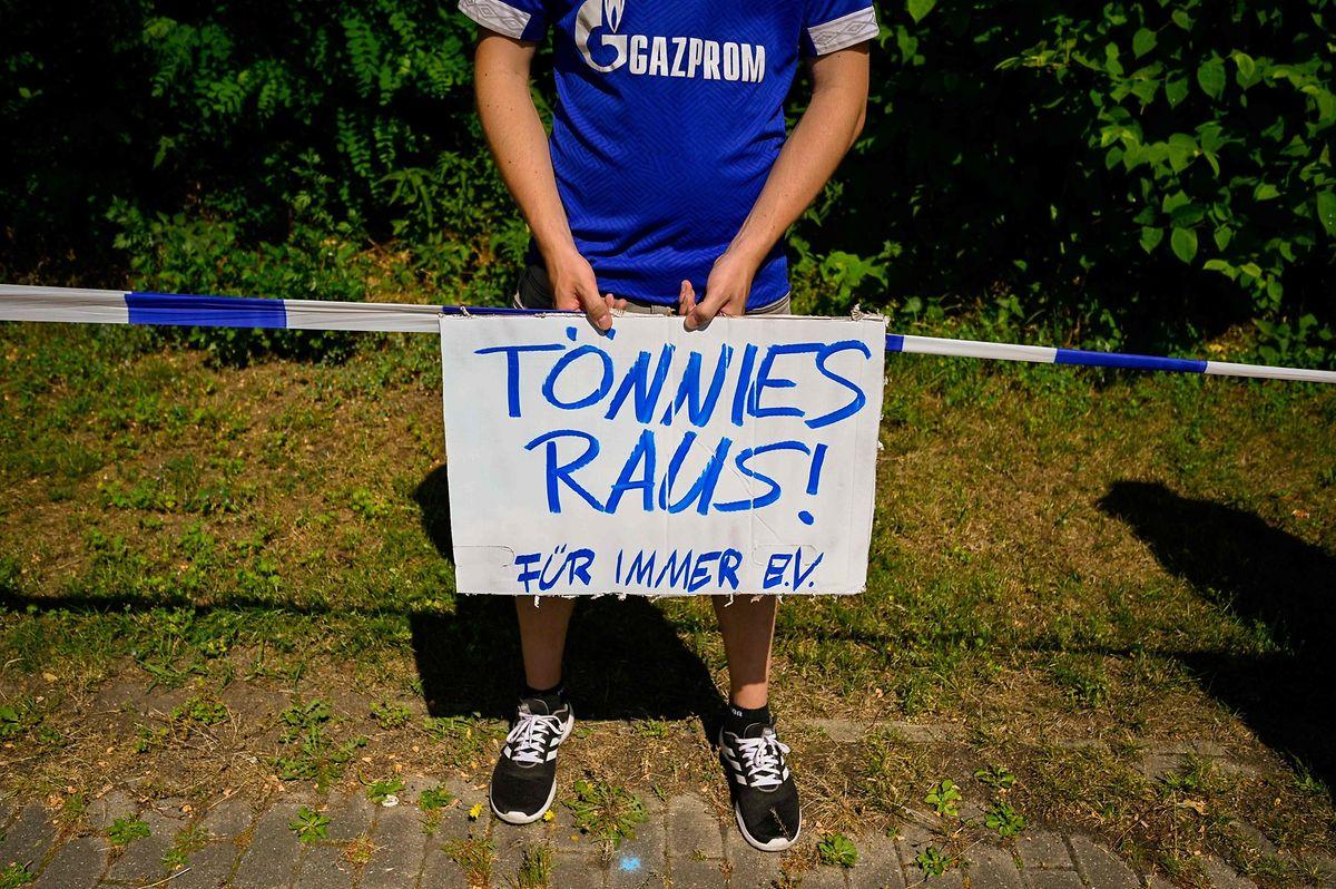 Zeitgleich zum letzten Saison-Spiel der Fußball-Profis des FC Schalke 04 demonstrierten Fans des Bundesligisten an der heimischen Veltins-Arena.