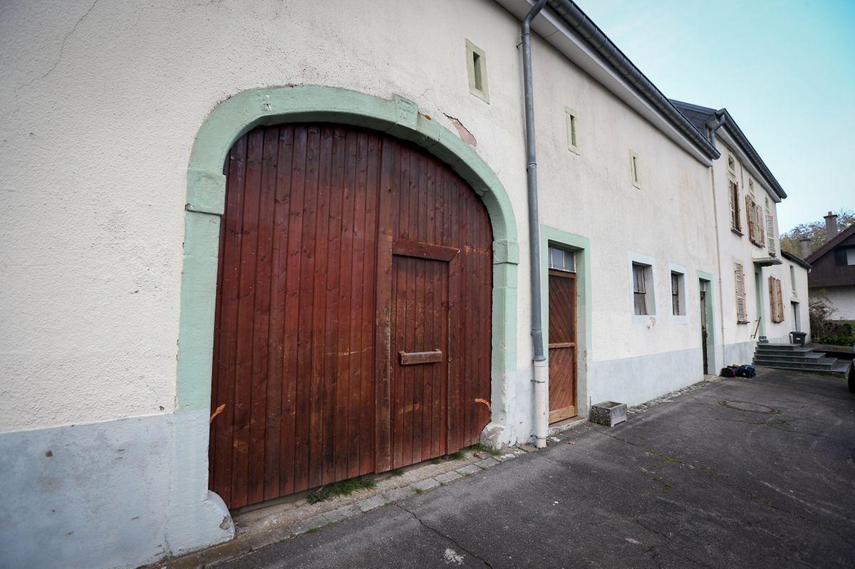 Derzeit wird ein Teil der gespendeten Kleider und Güter in einem alten Bauernhof in Niederanven untergebracht und aussortiert.
