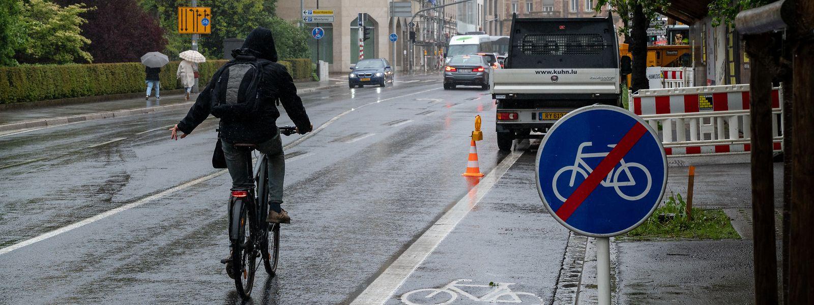 Ein typisches Phänomen in der Hauptstadt, wie es auch von ProVelo angeprangert wird - illustriert an einer der gefährlichsten Verkehrsachsen, der Avenue Marie-Thérèse: Anstatt bei Baustellen auch für Fußgänger und Radfahrer eine sichere Umleitung einzurichten, wird deren Weg schlicht gesperrt.