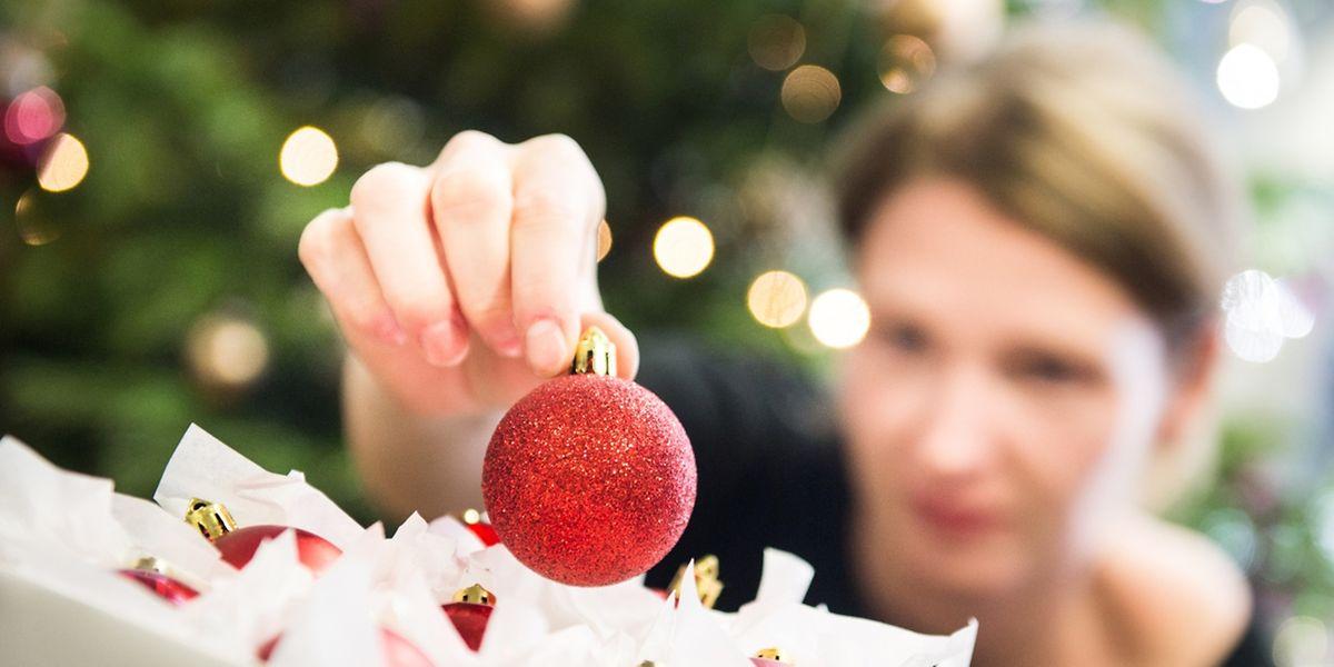 Es ist wieder vorbei - und ein Jahr lang werden die Kugeln für den Weihnachtsbaum eingelagert. Am besten in Boxen und geschützt mit Seidenpapier.