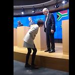 Juncker abandona conferência de imprensa por ter calçado um sapato de cada cor