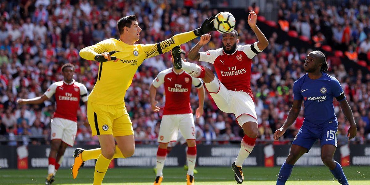 Arsenal premier de cordée. Alexandre Lacazette et les Gunners entrent en scène dès ce vendredi alors que les Blues de Thibaut Courtois attendent Burnley le lendemain.