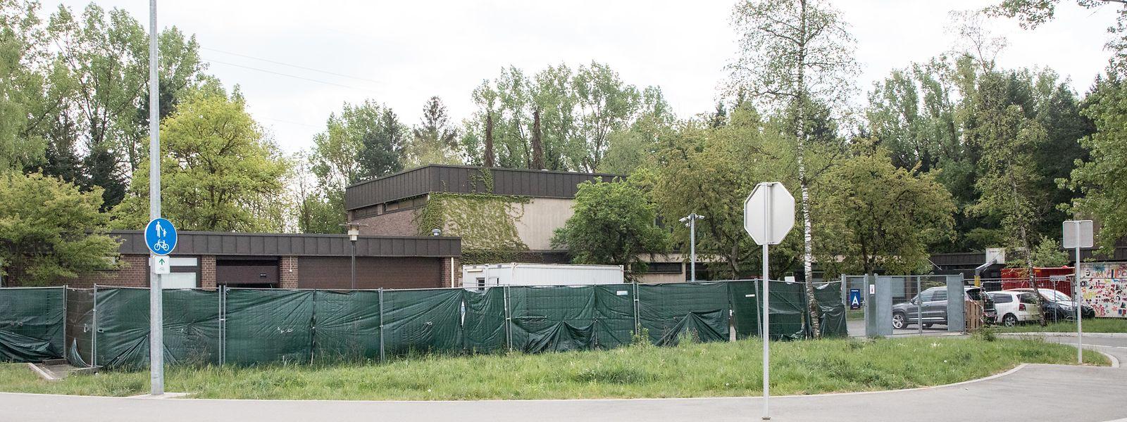 Die frühere Schule der Education différenciée wurde von der Außenwelt abgeschirmt. Dort wohnen seit einigen Wochen Flüchtlinge mit Covid-19-Erkrankung.