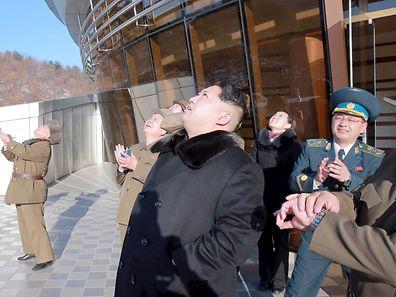 Le dictateur nord-coréen Kim Jong Un regarde le lancement d'une fusée longue portée, le 7 février.