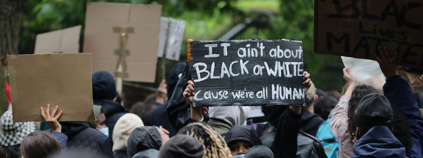 Rund 1.500 Menschen nahmen am 5. Juni an einer Demonstration gegen Rassismus vor der US-Botschaft in Luxemburg teil.
