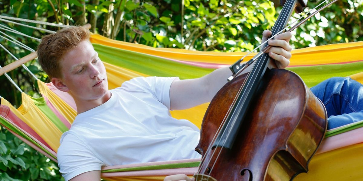 """Die Pose für den Fototermin täuscht: """"Cellospielen kann schön anstrengend sein"""", hat Benjamin Kruithof bereits festgestellt."""