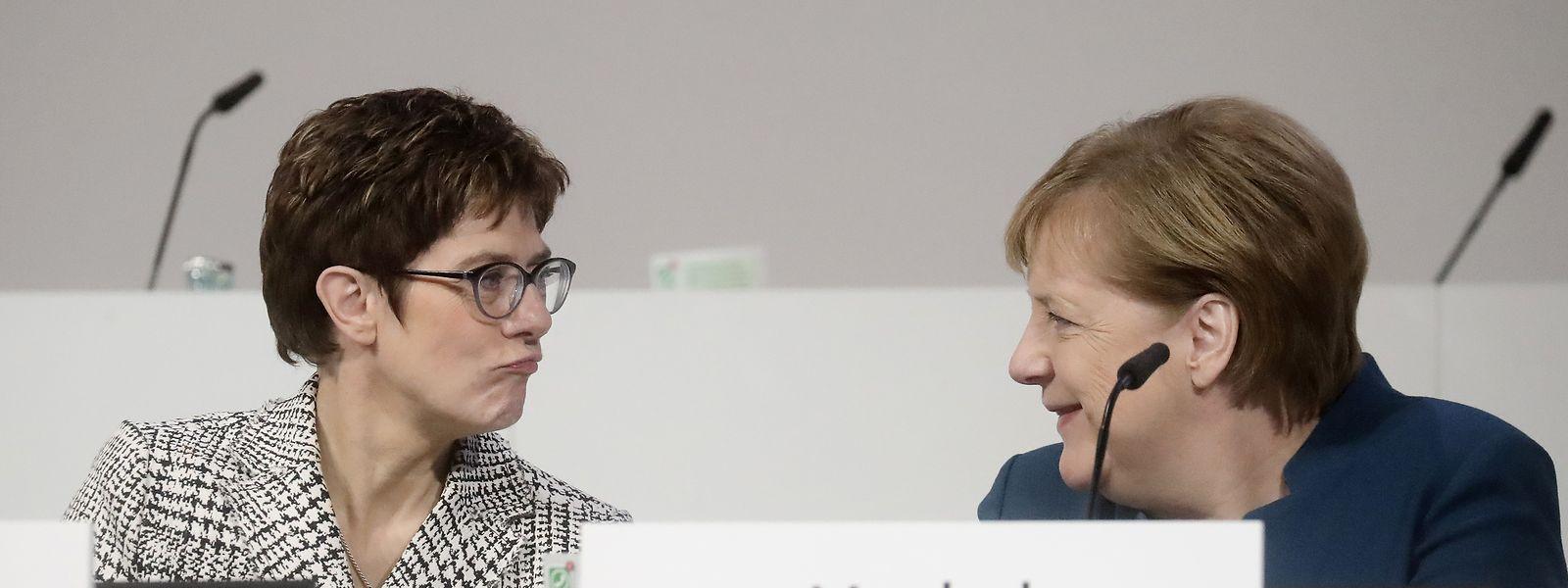 Annegret Kramp-Karrenbauer (l.), Kandidatin für den Parteivorsitz und Bundeskanzlerin Angela Merkel.