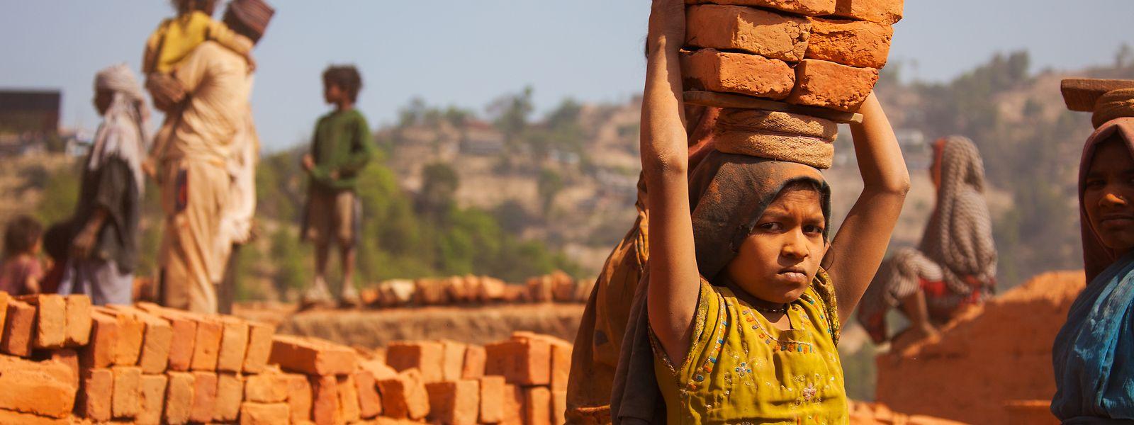 Le travail des enfants, ici dans une briquerie népalaise, est une violation des droits humains.