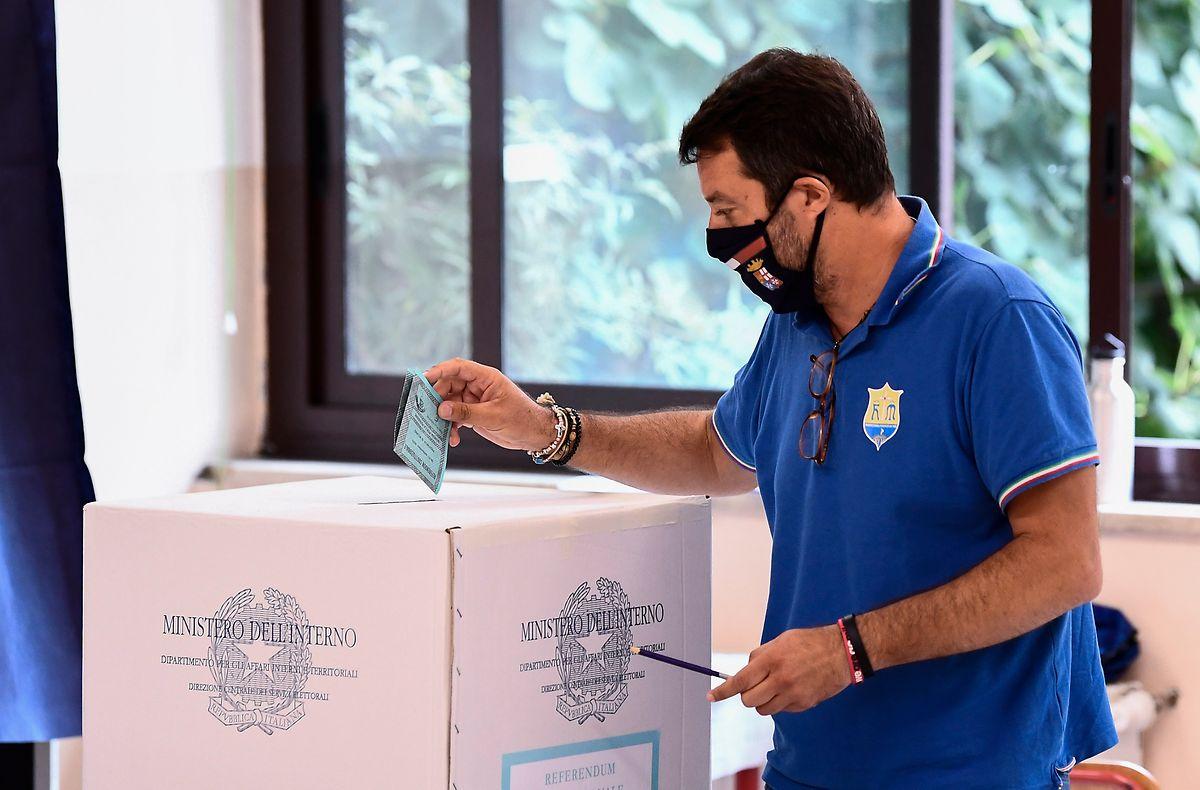 Matteo Salvini bei der Stimmabgabe. Seine rechtspopulistische Lega Nord kann zwar vereinzelt Erfolge feiern, bleibt aber hinter den Erwartungen zurück.