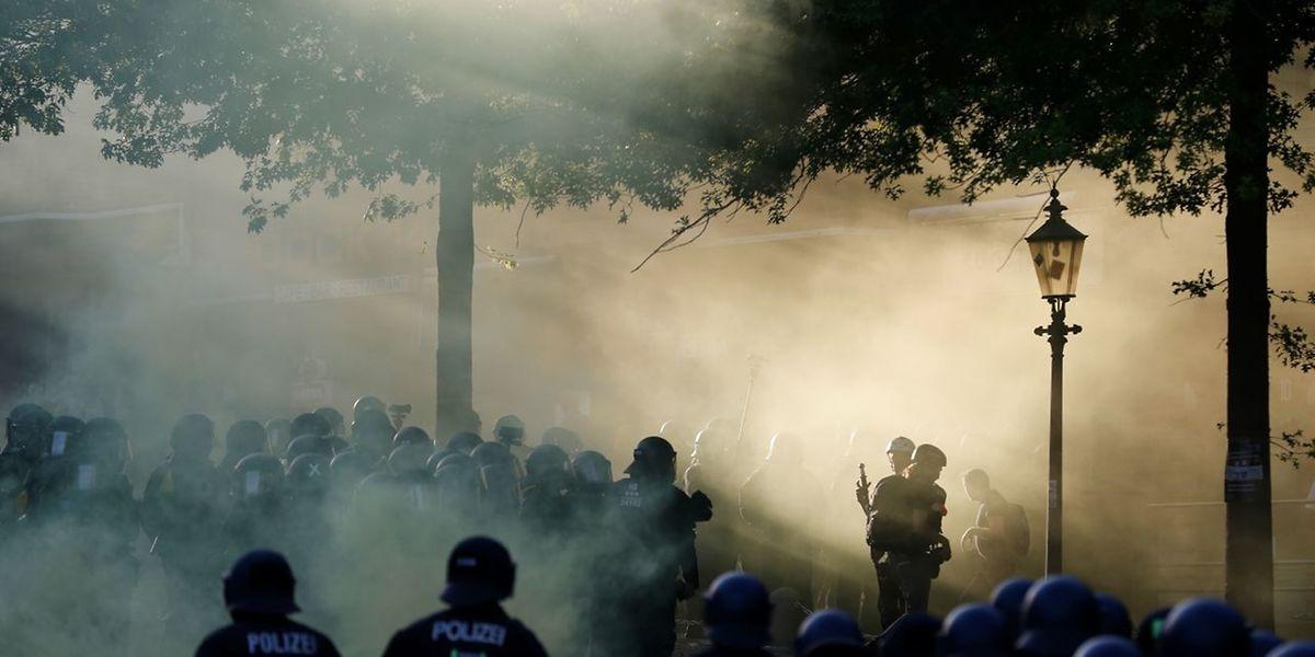 """La police anti-émeutes dans la fumée provoquée par des bombes fumigènes durant la manifestation """"Bienvenue en enfer"""" lancée par des contestataires du G20 à Hambourg, en Allemagne."""