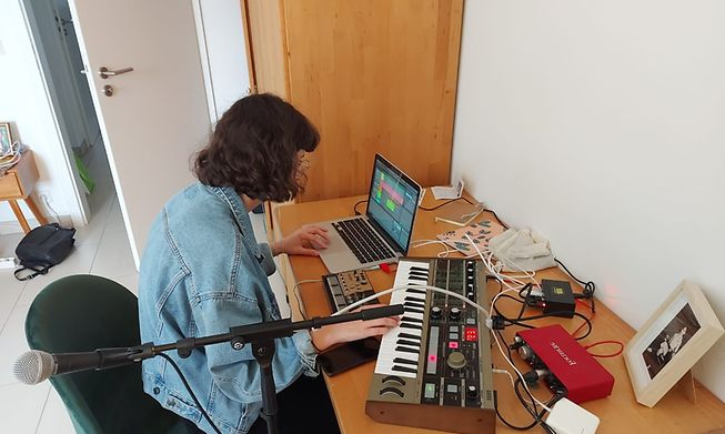 Composing during the pandemic - Luxembourgish singer C'est Karma at work without an audience