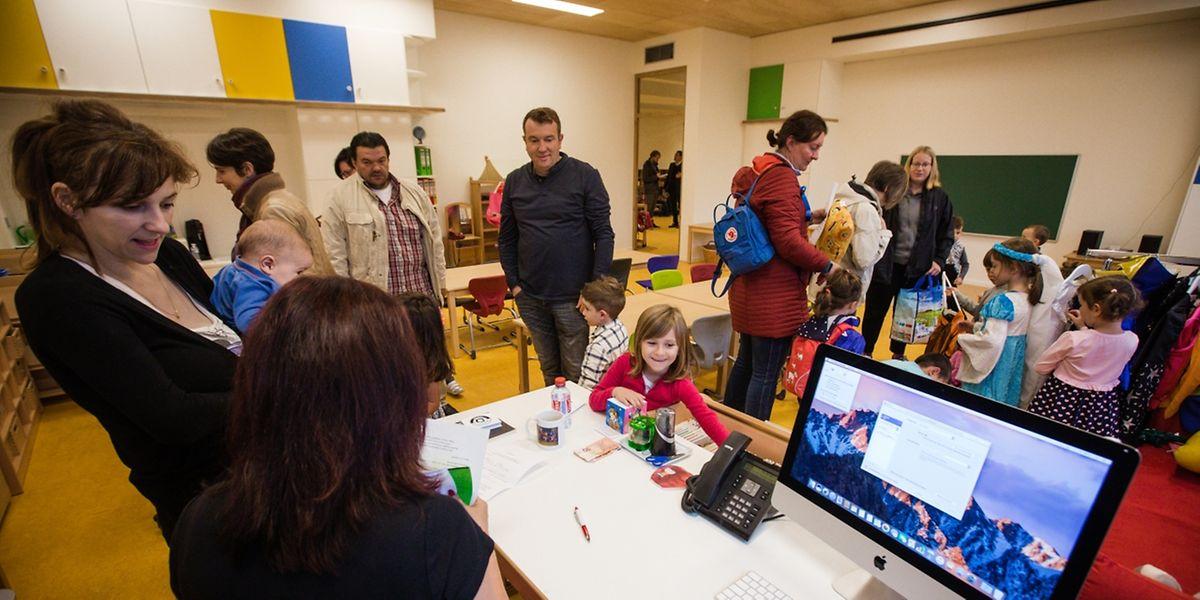 Im Klassenzimmer von Kindergärtnerin Mick Heuertz-Jeanpierre herrscht eine gemischte Stimmung – während die älteren Schüler spielen, bleiben einige Neuzugänge lieber noch bei ihren Eltern.