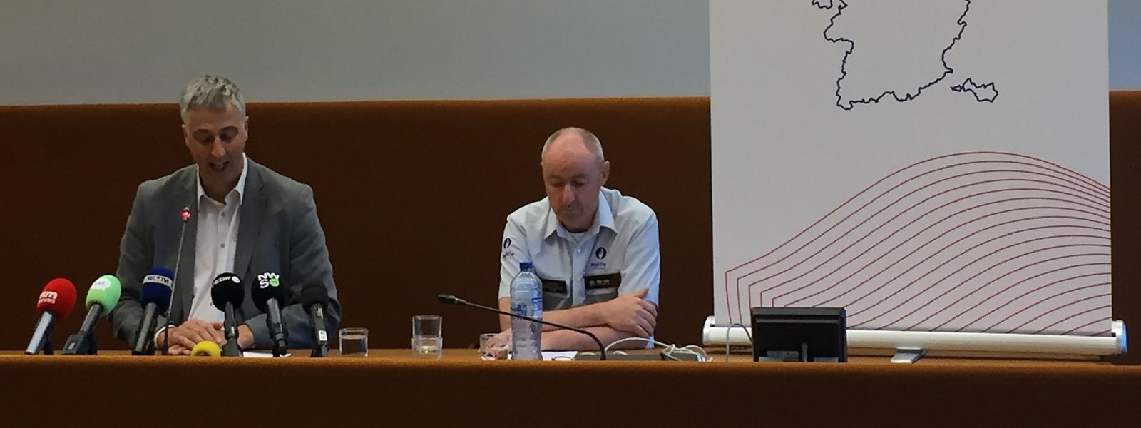 Staatsanwalt Guido Vermeiren (l) und Kris Vandepaer von der föderalen Kriminalpolizei Limburg, nehmen an einer Pressekonferenz der Staatsanwaltschaft Hasselt anlässlich der Entführung eines 13-jährigen Jungen teil.