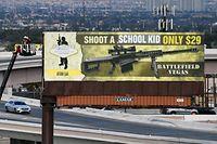 Eine Künstlergruppe in Las Vegas veränderte ein Werbeplakat, um gegen Waffengewalt zu protestieren.