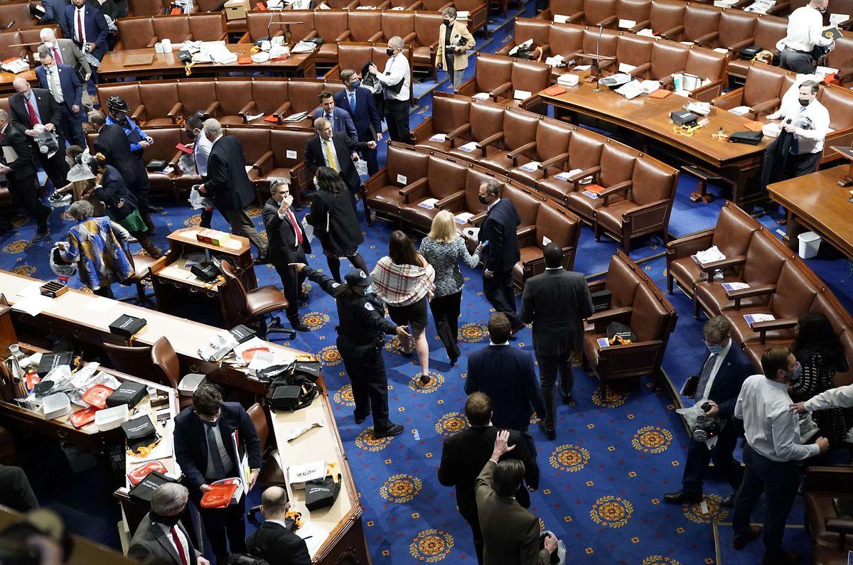 Demonstranten haben sich in der Senatskammer versammelt.