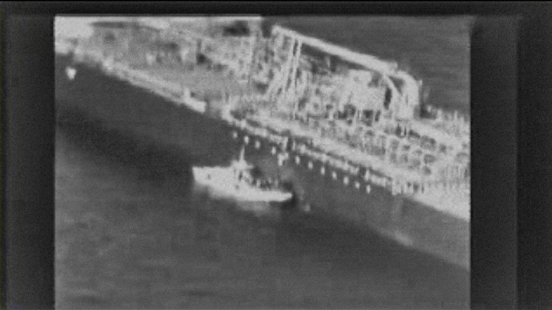 Die USA veröffentlichten Drohnenbilder, die angeblich zeigen, wie ein iranisches Schnellboot eine nicht explodierte Haftmine von einem Schiff entfernen - angeblich, um Spuren zu beseitigen