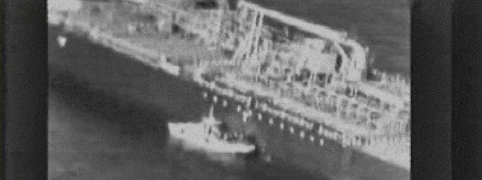 """Ein US-Video soll zeigen, wie ein Schnellboot der iranischen Revolutionsgarden nach der Explosion auf den Tanker """"Kokuka Courageous"""" zufährt und die Besatzung eine nicht explodierte Haftmine vom Tankerrumpf entfernt."""
