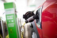 Laden statt tanken: Der Markt für Elektroautos beginnt Schwung aufzunehmen.