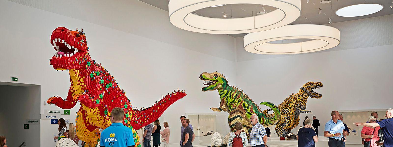 Drei riesige Dinosaurier, aus 50.000, 250.000 und 300.000 Steinen konstruiert, warten im Lego House auf Besucher.
