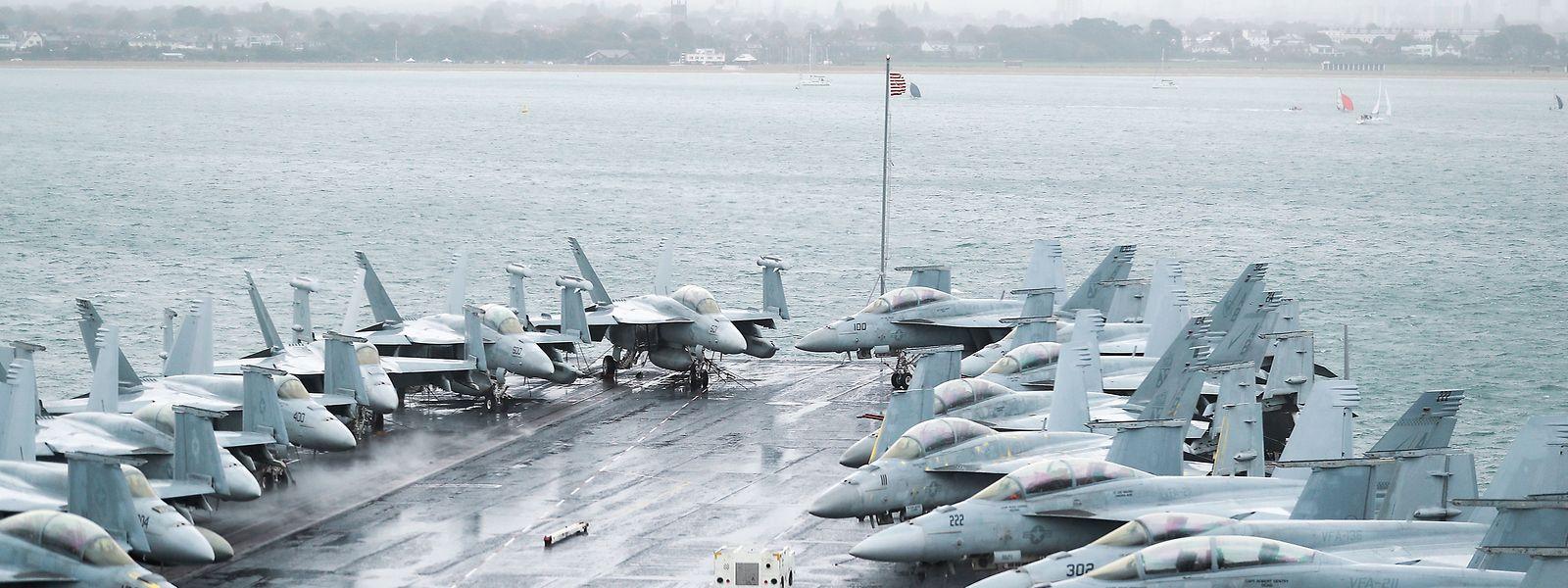 F-18-Jets säumen das Deck des Flugzeugträgers USS «Harry S. Truman» in Stokes Bay, Hampshire.