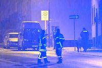 Die Polizei sperrte die Zufahrt zu einem Mehrfamilienhaus, in dem in einem Keller Sprengstoff gefunden wurde.  Nach einem Sprengstofffund in Rheinland-Pfalz sind Polizei und Feuerwehr in einem nächtlichen Großeinsatz.