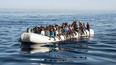 Dieses Foto wurde am 27. Juni aufgenommen. Ein lybischer Soldat bewacht Flüchtlinge auf einem Schlauchboot, das 45 Kilometer vor der Küste aufgebracht worden ist.