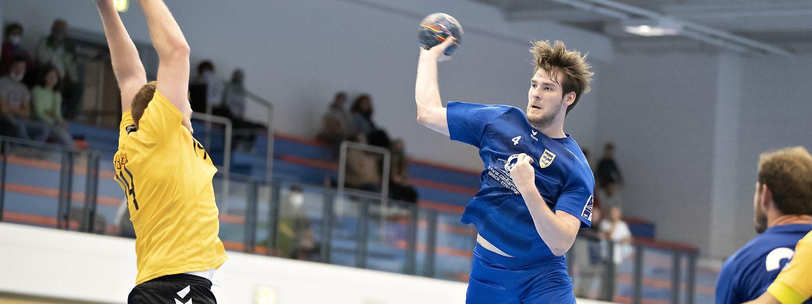 Der Merscher Alex Diedenhofen wirft den Ball am Petinger Sven Manderscheid vorbei.