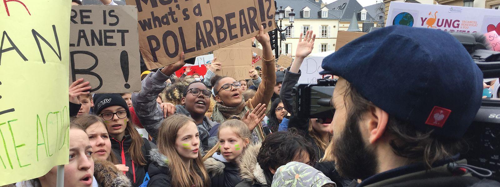 """Tom Alesch verabscheut das Wort """"Umweltsünder"""" und wollte in seinem Film """"Eng Äerd"""" - diese Woche neu im Kino -  keinem ins Gewissen reden, dafür aber jene Menschen zu Wort kommen lassen, die hinter den Luxemburger Initiativen für einen ressourcenschonenden Umgang mit der Erde stehen. Am ersten Filmtag fand übrigens in Luxemburg die erste Freitagsdemo der Schüler fürs Klima statt – auch darauf hielt er seine Kamera."""