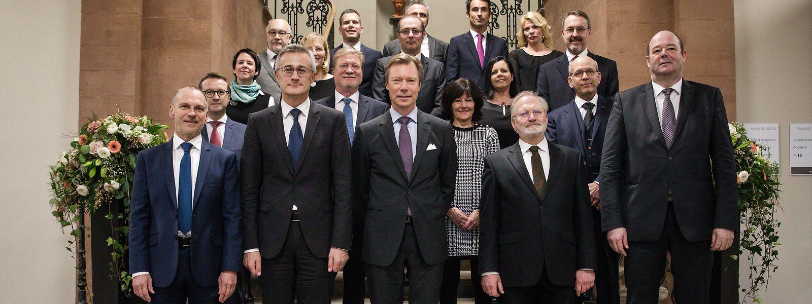 Aloyse Weirich (Staatsanwalt), Félix Braz (Justizminister), Großherzog Henri, Jean-Claude Kurek (Präsident des Diekircher Tribunals) und Claude Haagen (Bürgermeister von Diekirch) (Erste Reihe v.l.n.r).