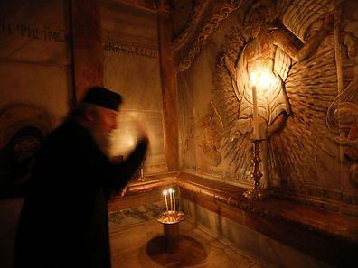 Un religieux chrétien devant l'Edicule, la tombe de Jésus.