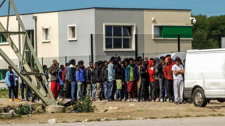 Mehrere Schwerverletzte bei Massenschlägereien unter Migranten in Calais