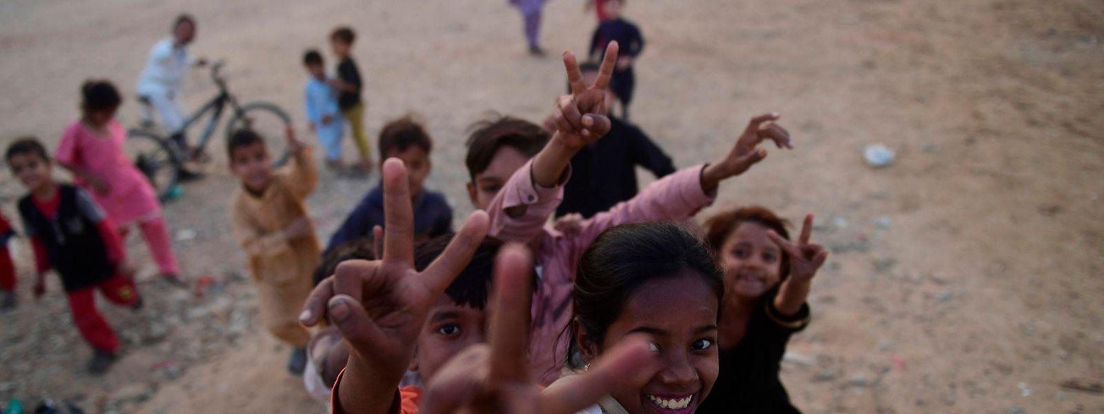 Crianças paquistanesas brincam ao ar livre em Karachi no Dia Mundial da Criança, assinalado a 20 de novembro pelas Nações Unidas.
