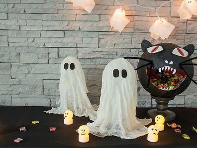 Gespenster aus Käsetüchern und kleine Geister aus Tischtennisbällen, auf die LED-Lichter gesteckt werden.