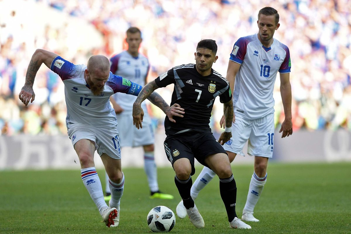 Iceland's midfielder Aron Gunnarsson (L) vies with Argentina's midfielder Ever Banega during the Russia 2018 World Cup Group D football match between Argentina and Iceland at the Spartak Stadium in Moscow on June 16, 2018. / AFP PHOTO / Juan Mabromata / RESTRICTED TO EDITORIAL USE - NO MOBILE PUSH ALERTS/DOWNLOADS