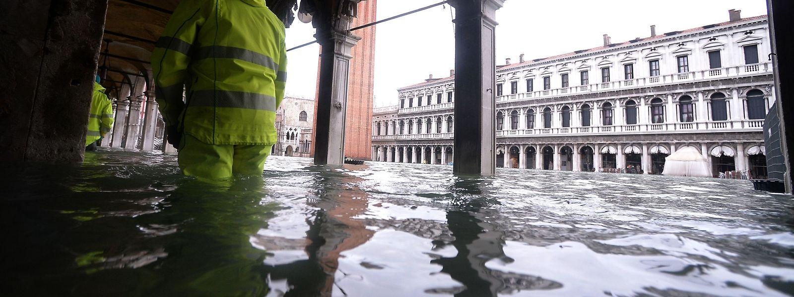 Überflutete Arkadengänge am Markusplatz am Sonntag.