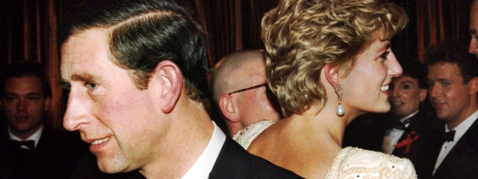 Einer der letzten gemeinsamen Auftritte vor der Trennung: Charles und Diana wenden sich bei einem Theaterbesuch im Jahr 1992 den Rücken zu.