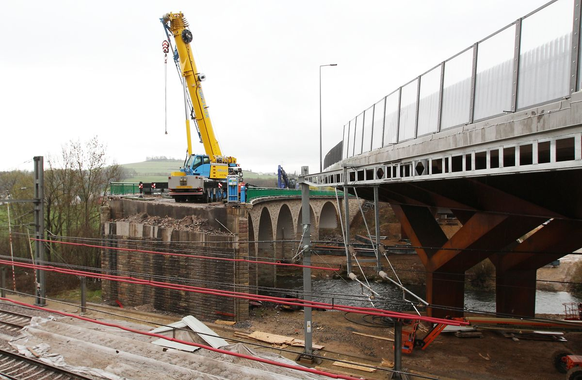 Der Verkehr wird inzwischen über einen Neubau direkt neben der alten Sauerbrücke geleitet.