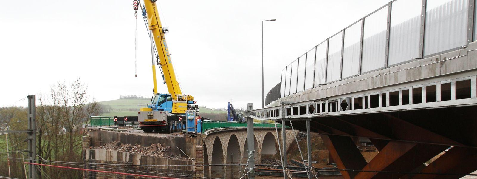 In den kommenden Wochen wird die 70 Jahre alte Sauerbrücke mit ihren schönen Rundbögen abgerissen.