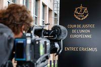 """ARCHIV - 05.10.2015, Luxemburg: Ein Kameramann filmt einSchild mit dem Logo des Europäischen Gerichtshofs (EuGH). Das oberste EU-Gericht entscheidet am kommenden Montag über die Möglichkeit eines britischen Rückziehers beim geplanten EU-Austritt. (zu dpa """"EuGH entscheidet Montag über Chance für britischen Brexit-Rückzieher"""" am 06.12.2018) Foto: Julien Warnand/EPA/dpa +++ dpa-Bildfunk +++"""