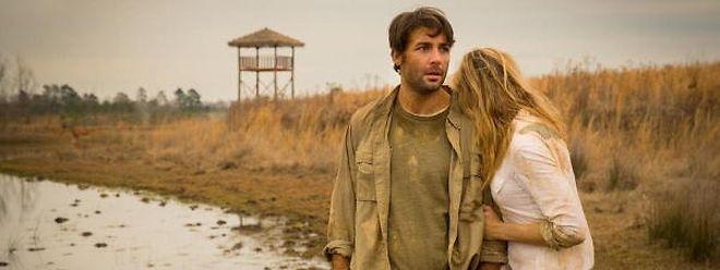 Jackson (James Wolk) und Chloe (Nora Arnezeder) sind von der grauenerregenden Hetzjagd der Tiere mitgenommen.