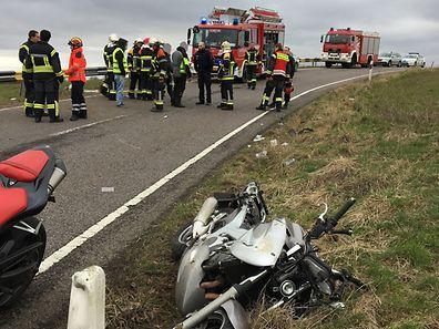 Le motard est décédé des suites de ses graves blessures au cours de son trajet vers les urgences.