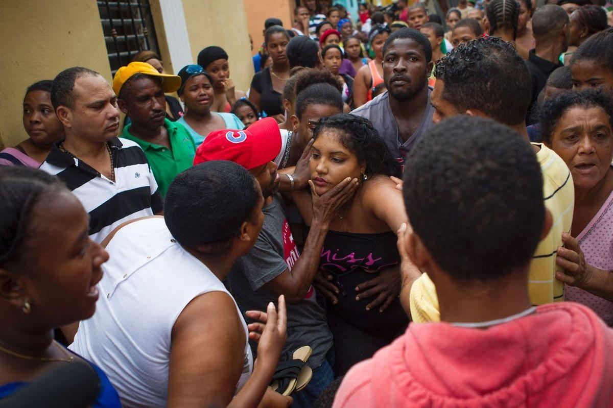 La mère de deux fillettes tuées par l'éboulement des murs de sa maison lors du passage de l'ouragan Matthew à Saint-Domingue.