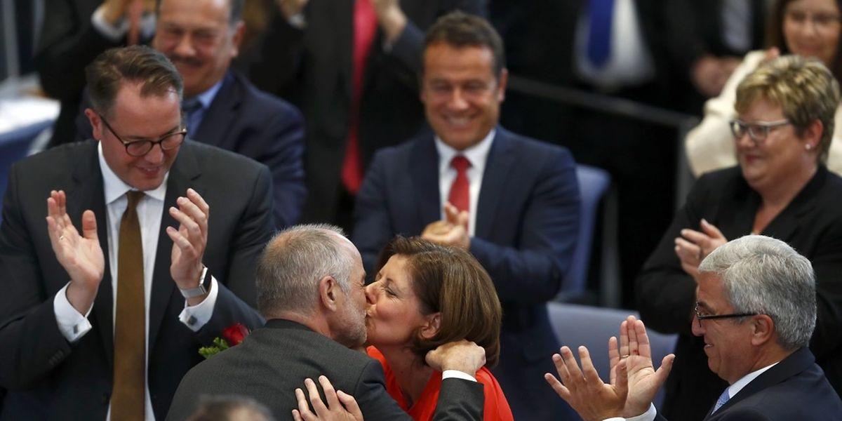 Die frisch gewählte Ministerpräsidentin Malu Dreyer bekommt ein Küsschen von ihrem Ehemann Klaus Jensen, dem früheren Oberbürgermeister von Trier.