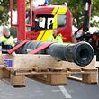 Für die Restaurierung nach Deutschland: Während die Feuerwehr die Kanone aus dem Jahr 1834 von den Kasematten auf die Place de la Constitution brachte, kümmert sich die Luxemburger Armee nun um deren Transport in das Restaurationsatelier in Bensheim (D).