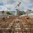 In der Brückenmitte wird derzeit am Eisengitter gearbeitet, bevor dieses mit Beton ausgefüllt wird.