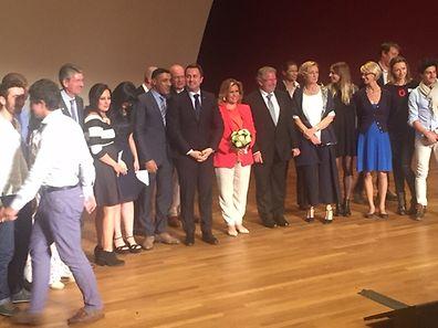 Les porteurs de projets entourent le Premier ministre et la Grande-Duchesse sur la scène de la philharmonie.