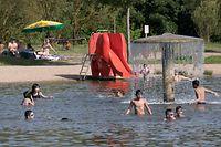 Baggerweiher in Remerschen: Während der außergewöhnlichen Sommerhitze suchen die Badegäste Abkühlung.